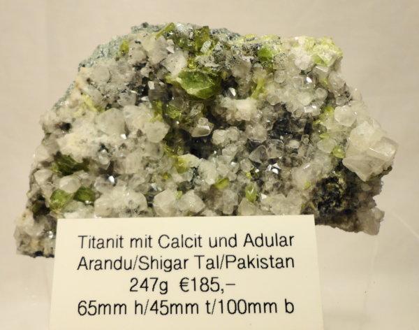 Titanit mit Calcit und Adular
